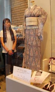 展示されている近江上布の着物や小物=愛荘町役場愛知川庁舎で