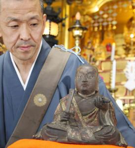 500年にわたり保存され、初めての修復を終えた「日蓮上人坐像」=氷見市朝日本町の蓮乗寺で