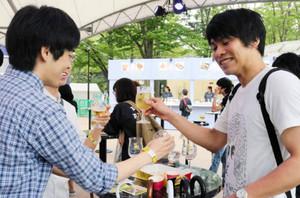 ビールで乾杯する大学生たち=金沢市のいしかわ四高記念公園で