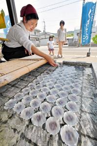 地下水で冷やされ、涼感たっぷりのくずまんじゅう=小浜市の志保重西津店で