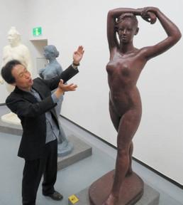 中日賞に選ばれた裸婦の彫刻「鏡の前」について説明する制作者の杉田さん=名古屋・栄の愛知県美術館ギャラリーで
