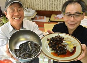ドジョウを養殖した蓮野勉さん(左)と、かば焼きとして販売する竹本明弘さん=南砺市福光の杓子屋で