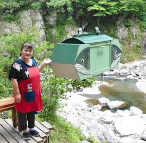 宮川右岸の河川敷にある座敷に料理を運ぶゴンドラ=大台町滝谷の清流茶屋で