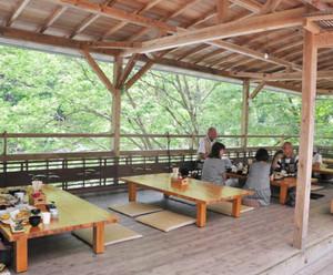 宮川のせせらぎを聞きながらアユ料理を堪能できる清流茶屋=大台町滝谷の清流茶屋で