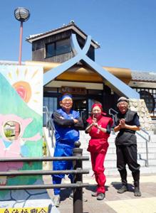 駅舎の前でポーズを決める会のメンバー=甲賀市の油日駅で