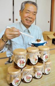 特産の梅を使った新商品の完成を喜ぶ佐野さん=富士宮市稲子地区で