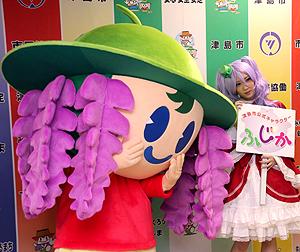 「実写版」の女性(右)から引き継いだ際の「ふじか」=昨年3月、津島市役所で