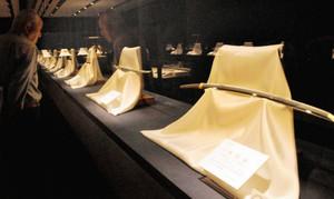 刃文が美しい日本刀が並ぶ館内=富山市の森記念秋水美術館で