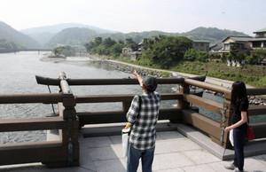 宇治橋から眺める宇治川=いずれも京都府宇治市で