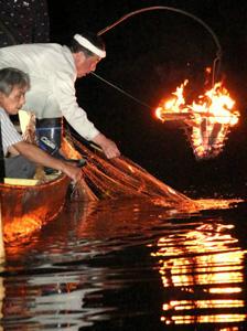 川の中に設置した網を引き上げていく漁師たち=美濃市前野の長良川で