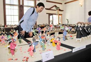 昭和の風景を生き生きと表現した創作和紙人形展=坂井市の旧森田銀行本店で