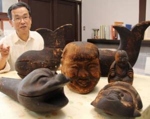 張り子の木型と、30年間保管していた古川さん。「気味が悪い形だったけど残していてよかった」と振り返る=彦根市日夏町で