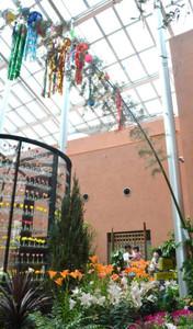 会場に設置された高さ7メートルの七夕飾り=砺波市中村のチューリップ四季彩館で