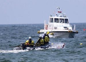 溺れた海水浴客の救助を想定した県警の訓練=南知多町内海で