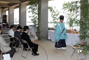 海水浴シーズン中の安全を祈願する参加者=南知多町内海で