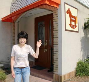 「父と母の店を受け継いでいけたらいい」と話す諸谷典子さん=七尾市小丸山台で
