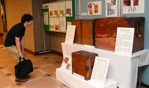 明治から昭和にかけて実際に使われていた木製の投票箱=尾張旭市役所で