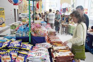 700種類もの沖縄の名産品が並ぶ会場=福井市のハピリンで