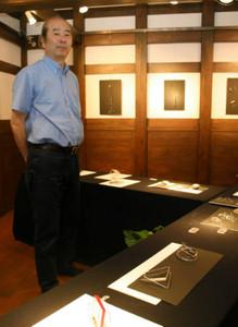 「ここに並ぶ作品は、欧州の伝統の最後の形でもある」と話す長井豊さん=金沢市広坂で