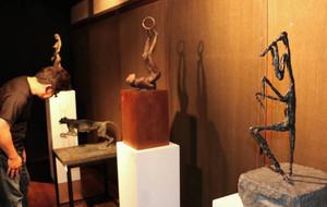 精巧に再現された故清水さんの彫刻作品などが並ぶ「素描と彫刻」=おおい町の若州一滴文庫で