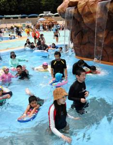 新しくなったプールで楽しむ招待客ら=犬山市の日本モンキーパークで