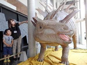 飯田に初登場というトゥオジアンゴサウルスの生体復元像=飯田市美術博物館で
