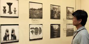 会場に並ぶガラス乾板で記録した写真=愛荘町歴史文化博物館で