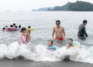 初泳ぎを楽しむ家族連れ=紀北町古里の古里海水浴場で