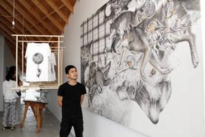 オオカミや小鳥を水墨で描き「混沌」をイメージした高橋さん=彦根市平田町で