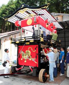 「だんじり」の飾り付けをする氏子ら=木曽町の屋台庫で