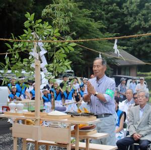 登山者の安全を祈願する清水会長=三重県伊賀市柘植町の奥余野森林公園で
