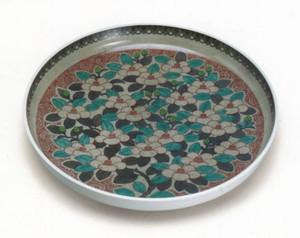 13代今泉今右衛門作の色鍋島薄墨椿文額皿=いずれも掛川市の資生堂アートハウスで