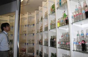 2000種類2500本のジュースのビンが並ぶ会場