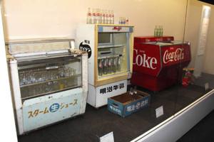 店頭でジュースを冷やした冷蔵庫