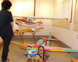 無線操縦飛行機を飾る赤嶋さんの作品展「あなたの知らないラジコンヒコウキの世界」=高浜町宮崎の高浜まちづくりネットワーク事務所で
