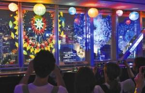「ハイパータワー夏祭り」で夜景に重なるように映し出されたプロジェクションマッピング=名古屋・栄の名古屋テレビ塔で