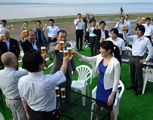 越市長の乾杯で開会したびわガーデン=大津市打出浜のなぎさのテラスで