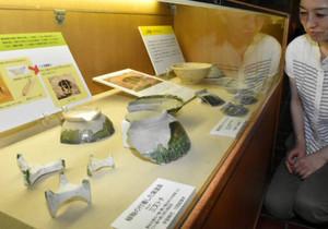 緑釉がかかった陶片や焼成用の道具=多治見文化財保護センターで