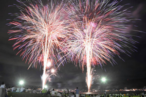 温泉旅館の宿泊客らを楽しませた花火=諏訪市の諏訪湖畔で(多重露光)