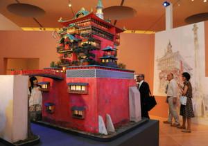 千と千尋の神隠しの「油屋」の模型や原画(右奥)が並ぶ会場=豊田市美術館で