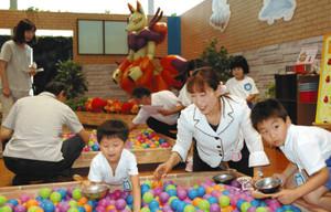 球集めを楽しむ子どもたち=砺波市中村で