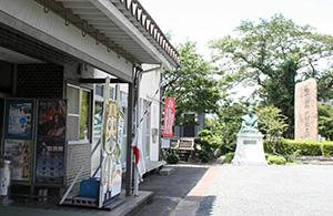 三成ファンの聖地の拠点・石田会館には、銅像や碑が立つ=滋賀県長浜市で