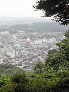 佐和山城本丸跡からは、彦根の町が一望できる=滋賀県彦根市で