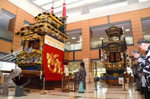 碧南市を代表する山車2基の展示が始まった市民ホール=碧南市役所で
