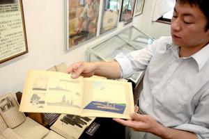 絵の手本として軍艦などを載せた教科書=伊那市創造館で