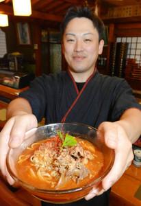 「辛くなく、子どもでもおいしく食べられる味」とアピールする金森幸男さん=石川県津幡町加賀爪で