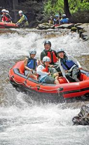 迫力満点のアドベンチャーボートを楽しむ家族連れら=池田町志津原で
