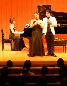 歌劇「トスカ」から有名なアリアを歌うソプラノの石川公美さん(中央)。右はテノールの近藤洋平さん。ピアノは田島睦子さん=県立美術館で