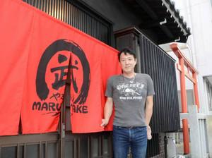 地域の人に支えられて居酒屋を開店する桜井さん=豊川市御津町で