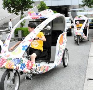 トリエンナーレのPRのため、栄周辺を走り回るカラフルなベロタクシー=名古屋市東区東桜で